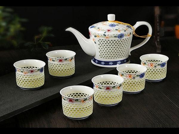Vì sao nên chọn bình trà bằng gốm sứ