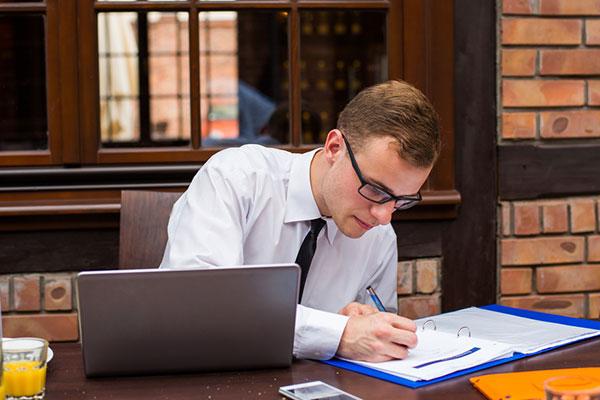 23 tuổi tốt nghiệp ngành Kinh tế- Tài chính nên chọn nghề Quản trị kinh doanh