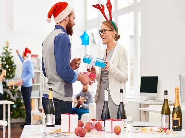 Cách chọn quà và tặng quà cho nhân viên văn phòng dịp Tết 2017