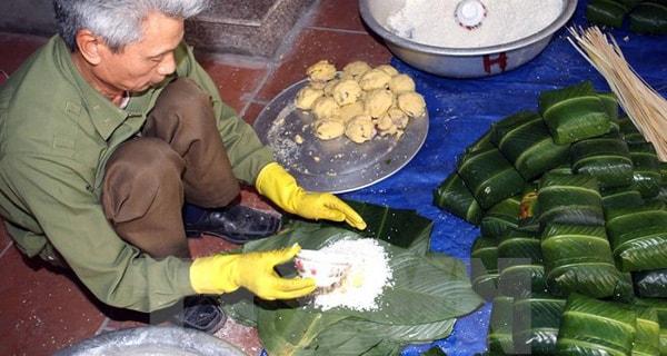 Bánh chứng, giò nem là các món ăn truyền thống dùng để dâng tổ tiên nên không thể thiếu trong mỗi dịp Tết về