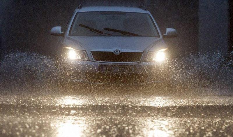 Đi xe với tốc độ chậm hơn thường ngày khi lái xe trời mưa