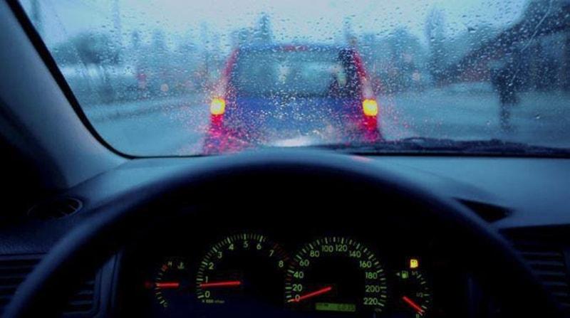 Luôn giữ khoảng cách an toàn với xe trước và xe sau khi trời mưa