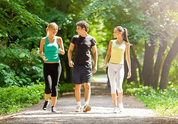 Đi bộ và chạy bộ buổi sáng có giảm cân không?